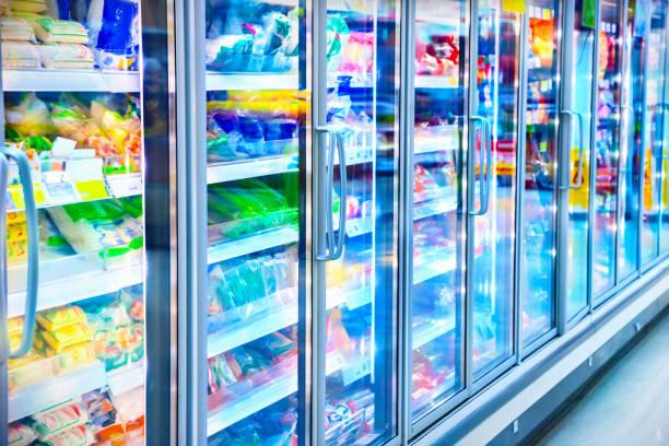 슈퍼마켓에서 냉장고 - 냉동식품 뉴스 사진 이미지