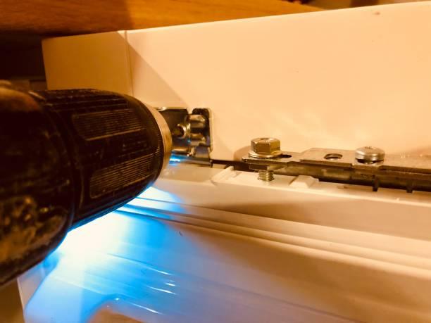 kühlschrank einbau in küche - plastikbeutel handwerk stock-fotos und bilder