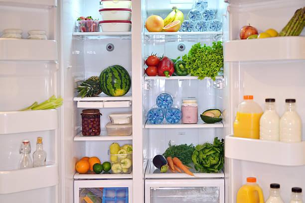 kühlschrank innen - offene regale stock-fotos und bilder
