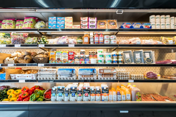 Tablettes du réfrigérateur dans une épicerie épicerie fine - Photo