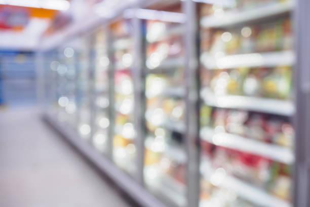 냉장고 선반 슈퍼마켓 흐리게 배경 - 냉동식품 뉴스 사진 이미지