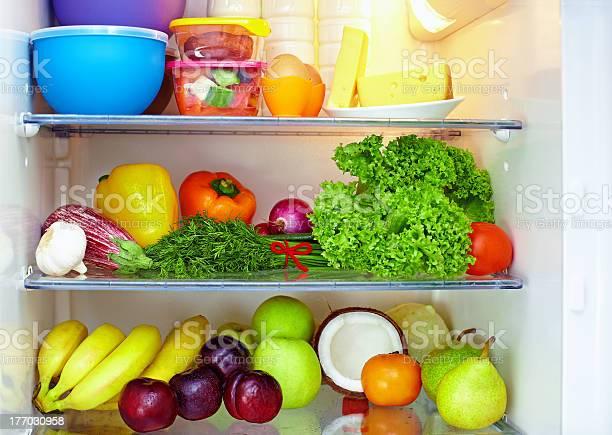 Refrigeradores Con Estantes De Frutas Y Verduras Foto de stock y más banco de imágenes de Frigorífico