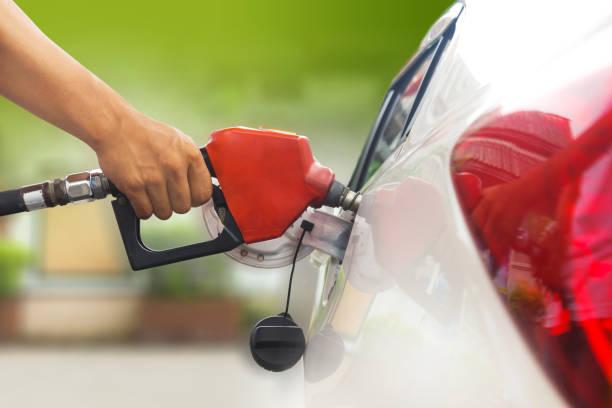 repostar el coche con gasolina - echar combustible fotografías e imágenes de stock