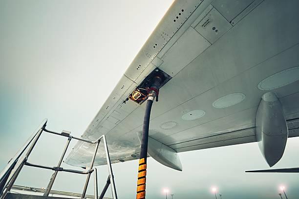 refueling of the passenger plane - echar combustible fotografías e imágenes de stock