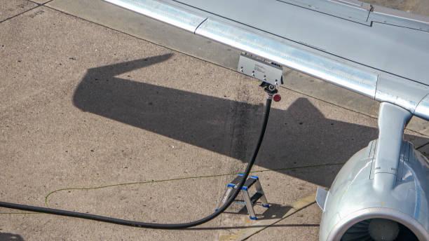 het tanken van een vliegtuig op het tarmac - airport pickup stockfoto's en -beelden