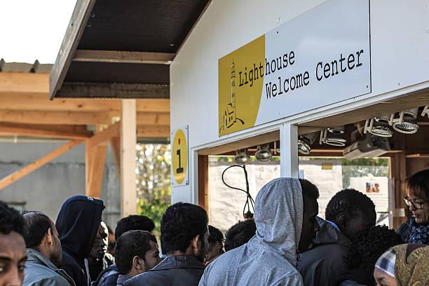 flüchtlinge, die für ein frühstück in fc bayern kasern center - demographie deutschland stock-fotos und bilder