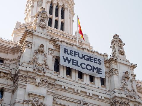 Foto De Refugiados De Receber Sinal Sobre A Palacio De Cibeles Madrid Espanha E Mais Fotos De Stock De Arquitetura