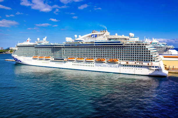 Regal Princess Kreuzfahrtschiff am Seehafen Port Everglades angedockt – Foto