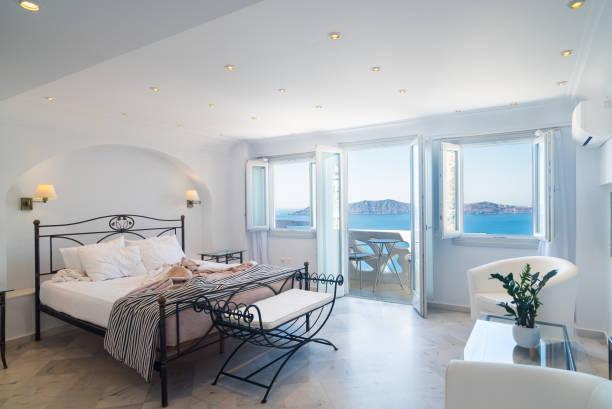 regionale luxus häuser, schlafzimmer auf der griechischen insel santorini - ägäische inseln stock-fotos und bilder