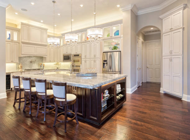 Regional Luxury Houses Beautiful Custom Kitchen with Island in Estate Home southern usa stock pictures, royalty-free photos & images
