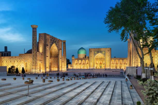 registan plein in de schemering in samarkand, oezbekistan - oezbekistan stockfoto's en -beelden