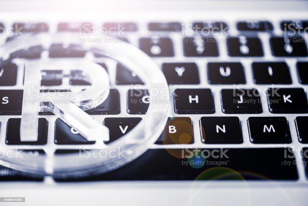 Registrierte Marke-Symbol auf der Computertastatur – Foto