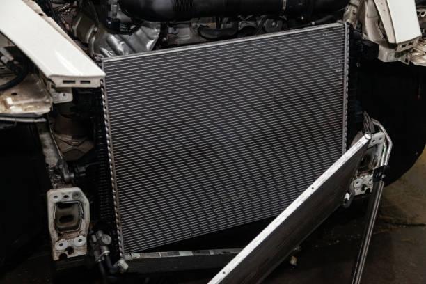 由於汽車維修車間的鋁制發動機散熱器清洗和清洗, 在空調系統出現故障和發動機冷卻後定期保養和維修汽車圖像檔