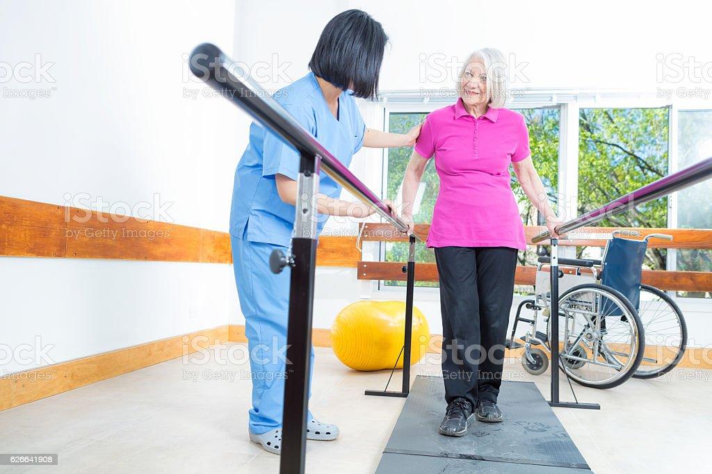 Rehabilitation clinic with elderly people and nurse - foto de stock