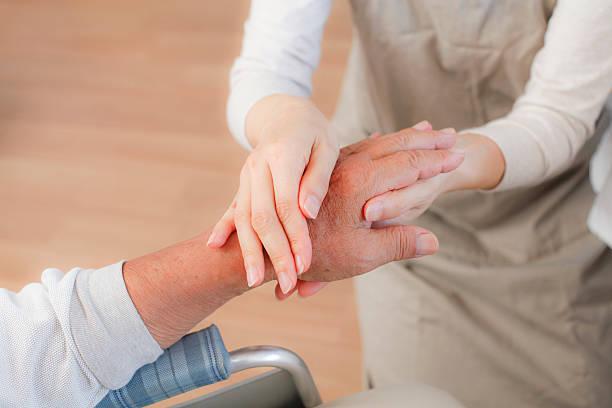 更生のマッサージ - 高齢者介護 ストックフォトと画像
