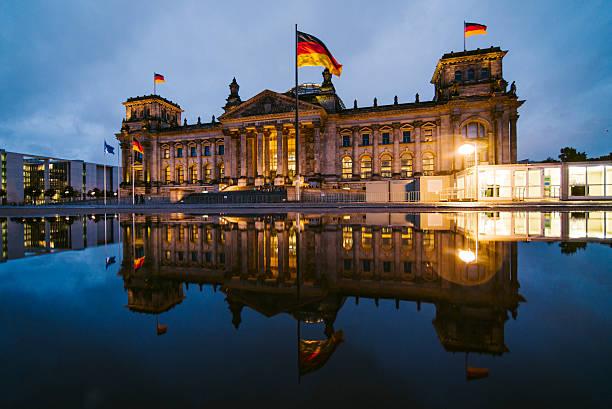reichstag, berlin - drapeau allemand photos et images de collection