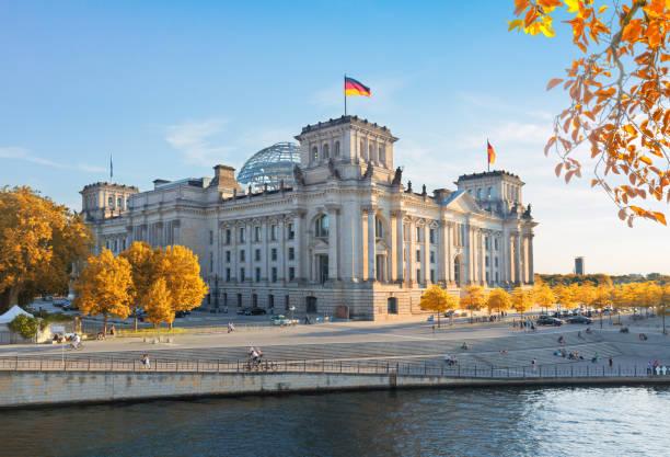 reichstag in berlin, deutschland - berlin stock-fotos und bilder