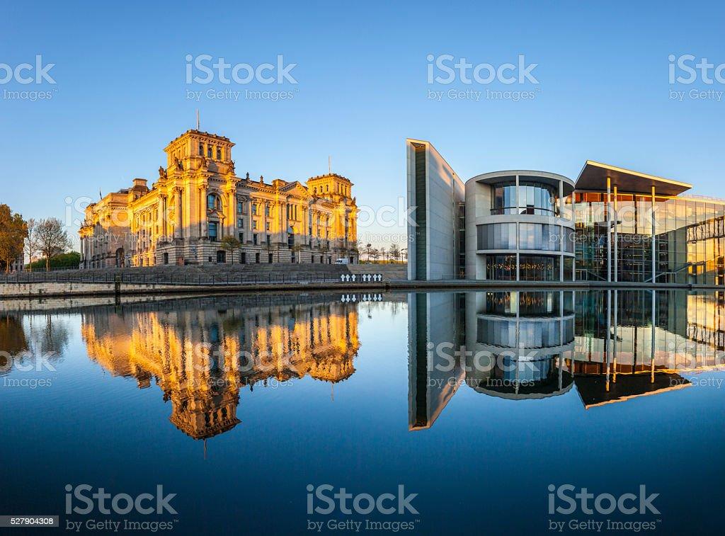 Reichstag mit Reflexion in der Spree in Berlin – Foto