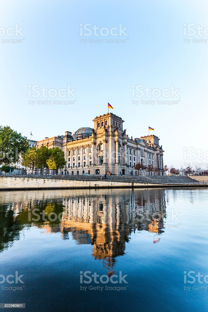 reichstag (bundestag) mit Reflexion in der spree in berlin – Foto