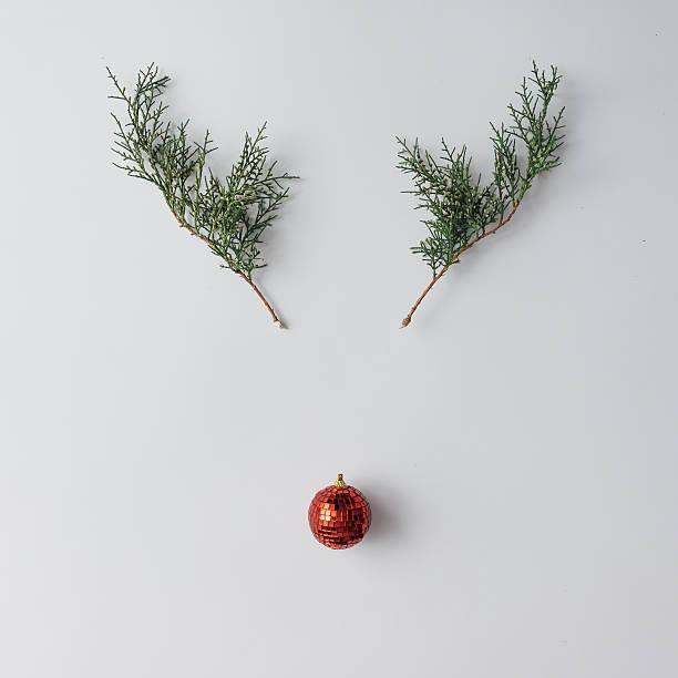 reindeer face made of christmas decoration and pine branches. mi - deko geweih stock-fotos und bilder