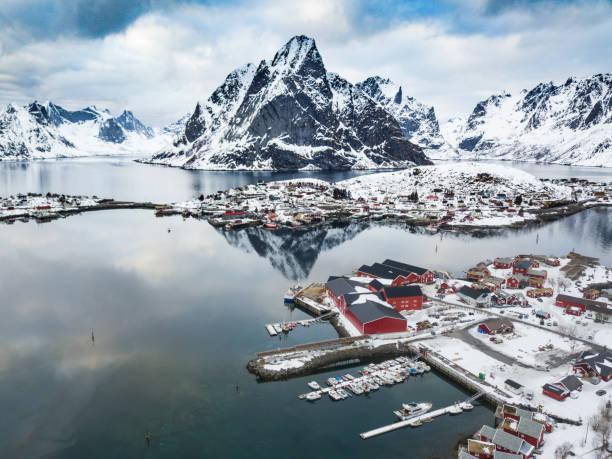 Reine - Baía de ilhas Lofoten no norte da Noruega - foto de acervo