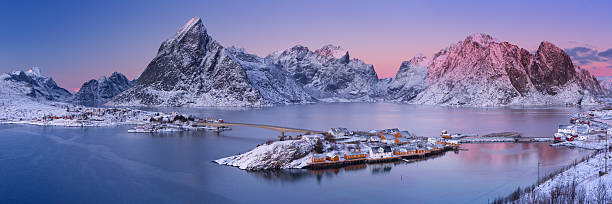 Reine na Ilhas Lofoten no norte da Noruega no inverno - foto de acervo