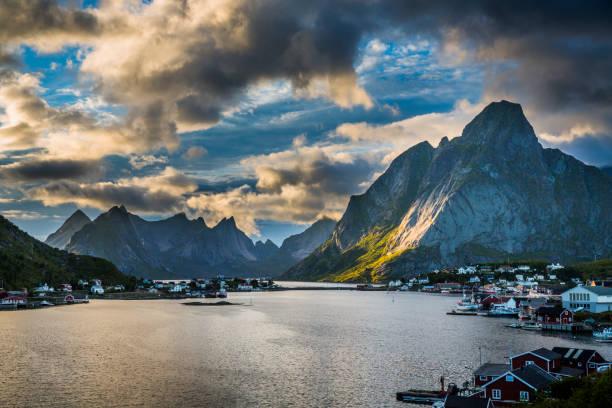 Reine, vila piscatória norueguês nas ilhas Lofoten - foto de acervo