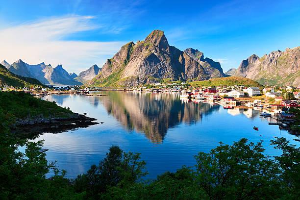 reine, il pittoresco villaggio di pescatori in norvegese isole lofoten - fiordi foto e immagini stock