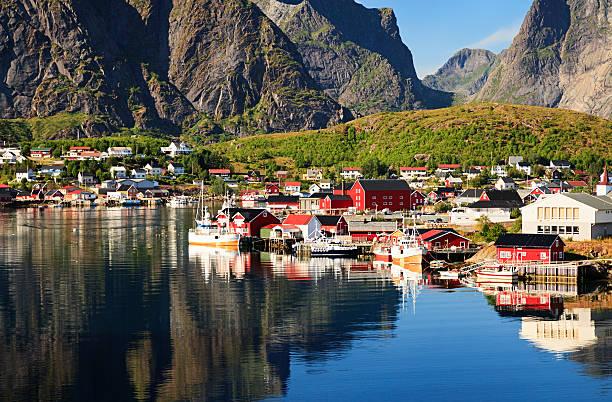 Reine Noruega, a pitoresca aldeia de pescadores em Ilhas Lofoten - foto de acervo