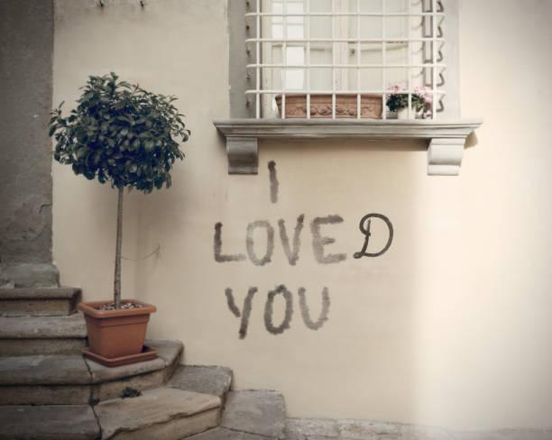 beziehungsende mit einem graffiti ausgedrückt - trennungssprüche stock-fotos und bilder