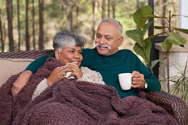 beziehungen: altes paar auf abgeschirmte veranda genießen sie unterhaltung - veranda decke stock-fotos und bilder