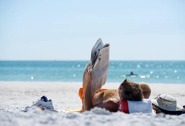 relax - newspaper beach stockfoto's en -beelden