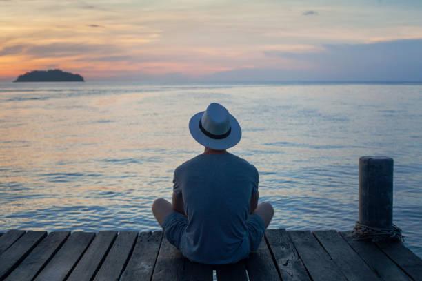 Entspannung und Ruhe, Person mit Blick auf schöne Sonnenuntergang Landschaft – Foto