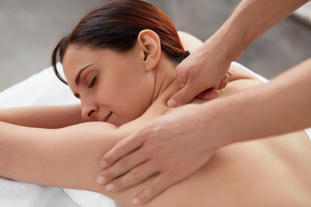 entspannung, schönheit, körper und gesicht behandlungskonzept. - chiropraktik wellness stock-fotos und bilder