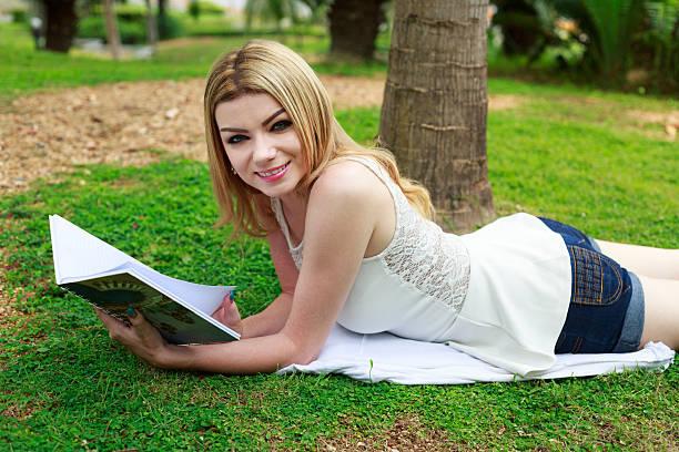 entspannung tag - natürliche make up kurse stock-fotos und bilder