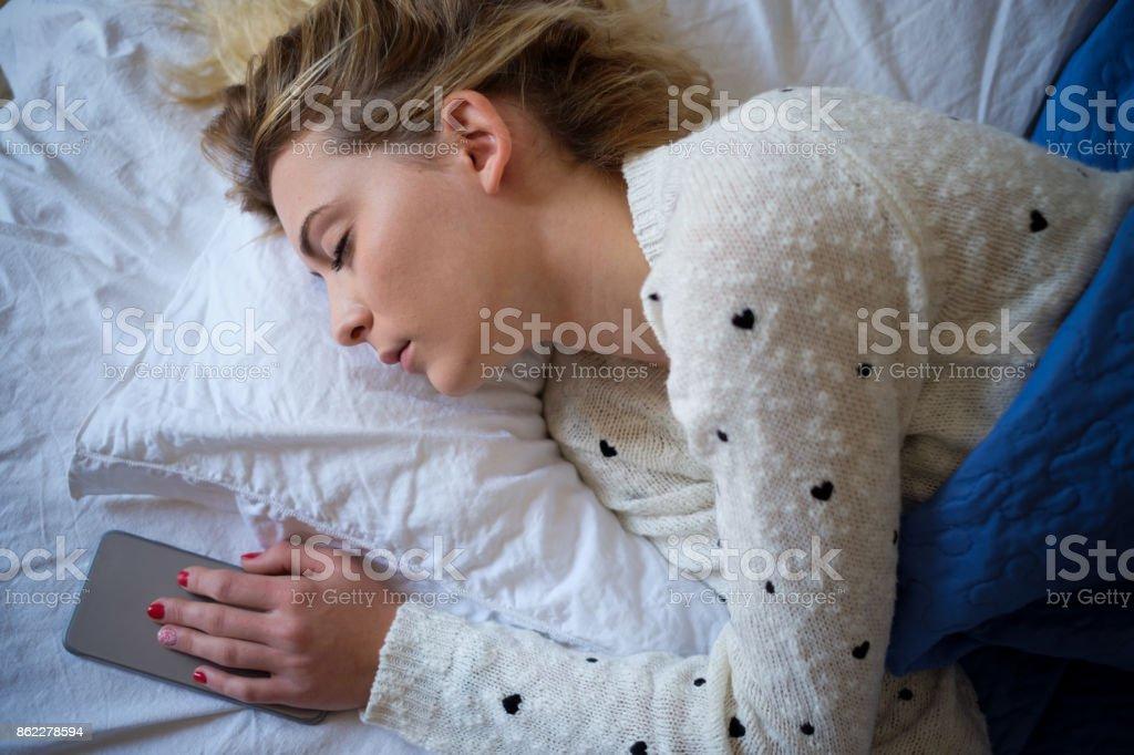 Relajado y alegre niña durmiendo en su cama - foto de stock