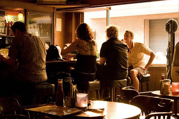entspannte und freundliche bar mit tageslicht - goldene bar stock-fotos und bilder