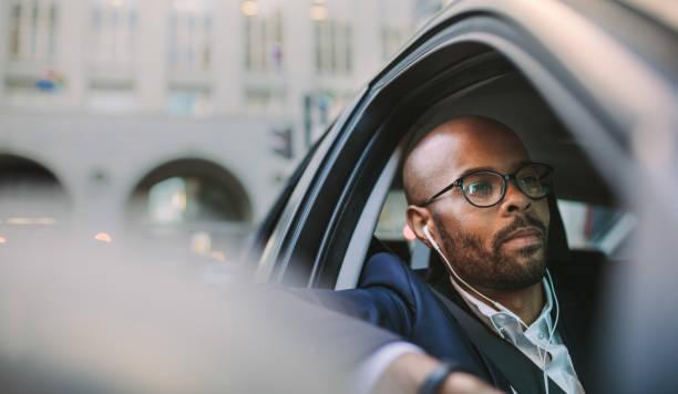ontspannen zakenman reizen door een auto - forens stockfoto's en -beelden
