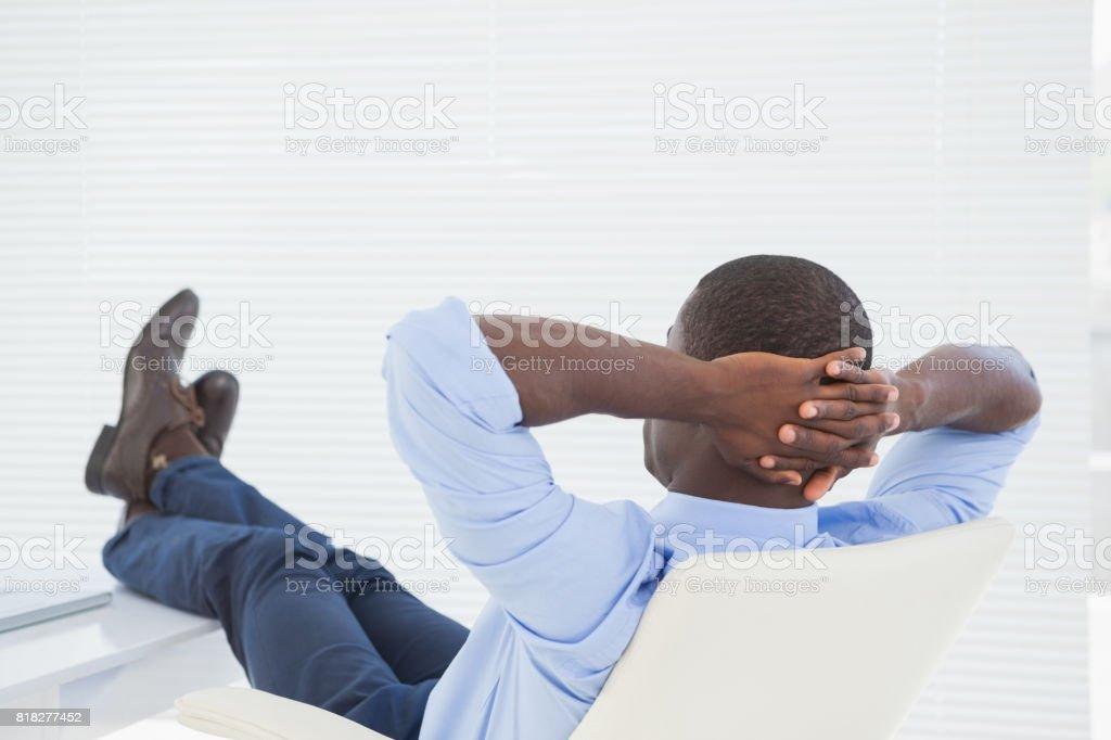Entspannte Geschäftsmann mit den Füßen oben – Foto
