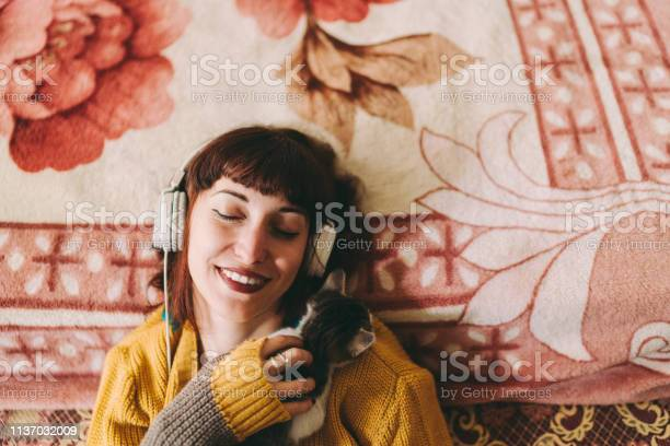 Relaxed girl with cat enjoying good music at home picture id1137032009?b=1&k=6&m=1137032009&s=612x612&h=g2rcw laiwg i dqvw4n3f tehfqzkoxmodoyljcibc=