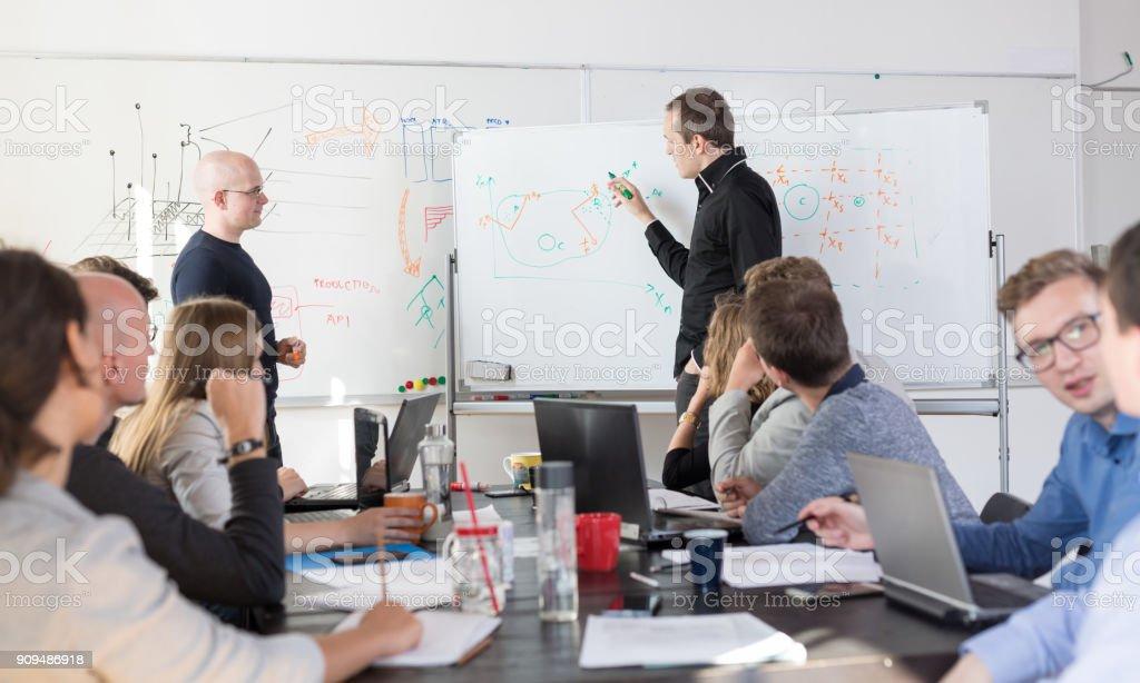 Entspannte informelle IT Business Startup Firma Team-Meeting. – Foto