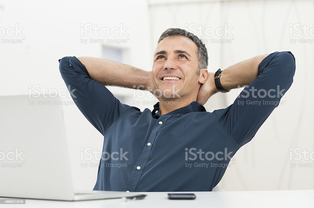 Hombre relajado Daydreaming - foto de stock