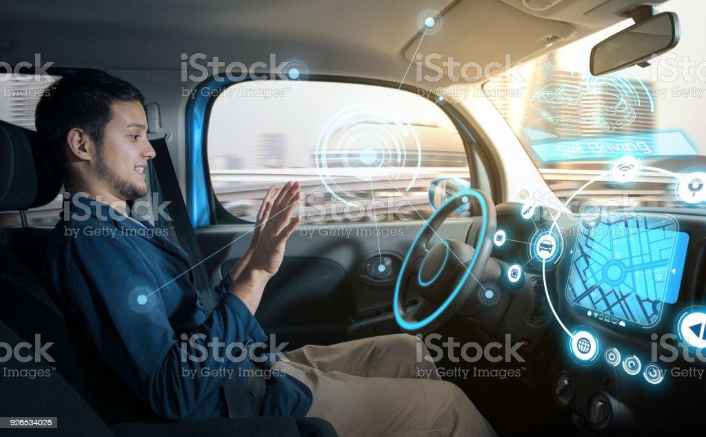 avslappnad man i autonoma bil. självkörande fordon. autopilot. fordonsteknik. bildbanksfoto