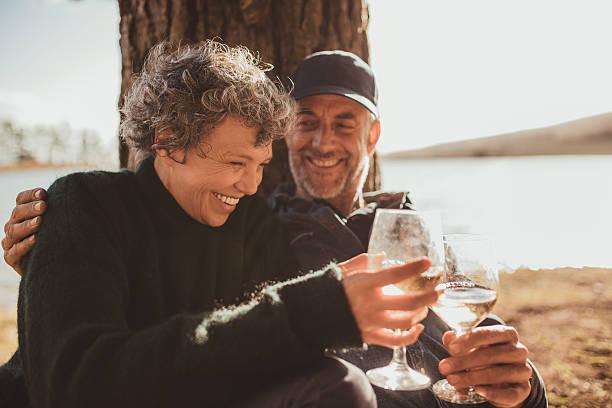 Entspannte Älteres Paar haben eine Glas von Wein im Zeltlager – Foto