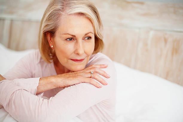Entspannte Ältere Frau im Bett Wegsehen – Foto
