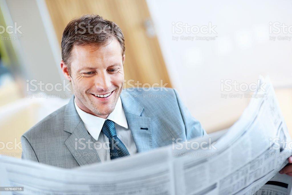 Lässig mittleren Alter Geschäftsmann liest Zeitung Lizenzfreies stock-foto