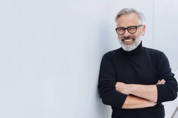ひげとリラックスした自信の年配の男性 - 男性 笑顔 ストックフォトと画像