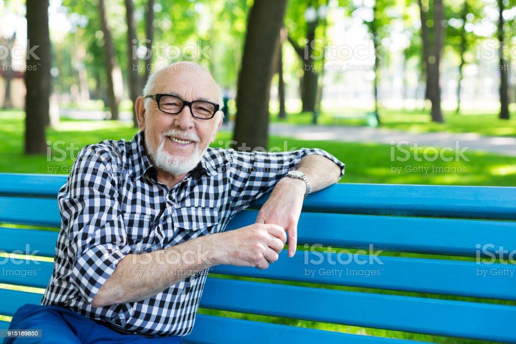 Relaxed senior man outdoors - fotografia de stock