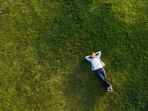 Çimenlerin Üzerinde Uyku Rahat Genç Adam Stok Fotoğraflar & Adamlar'nin Daha Fazla Resimleri
