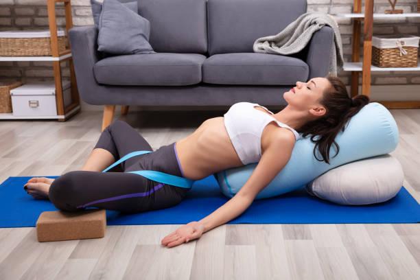 junge frau übung entspannt - yin yoga stock-fotos und bilder